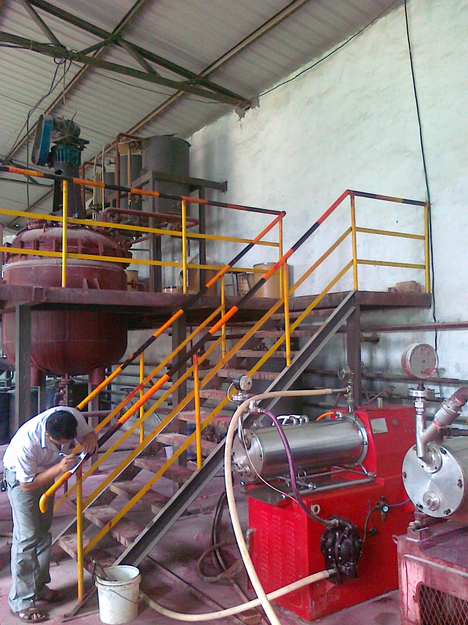 山西农药厂砂磨机生产悬浮剂现场